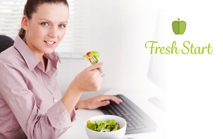 frisse start: Het woord verse start tegen onderneemster in bureau eten salade Stockfoto