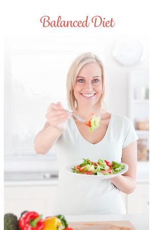 alimentacion balanceada: La dieta equilibrada palabra contra la mujer sonriente que ofrece la ensalada Foto de archivo