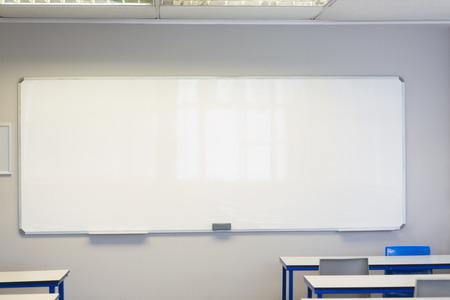 salon de clases: Sala de clase vac�a en la universidad con gran tablero blanco Foto de archivo