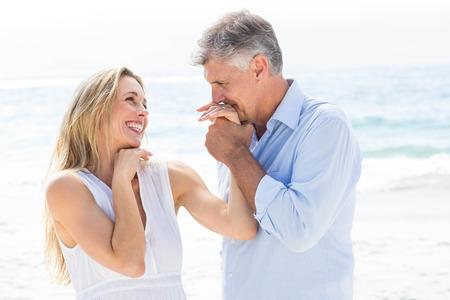 novios besandose: Pareja feliz riendo juntos en la playa