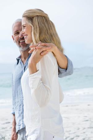 h�ndchen halten: Gl�ckliches Paar H�ndchen haltend am Strand Lizenzfreie Bilder