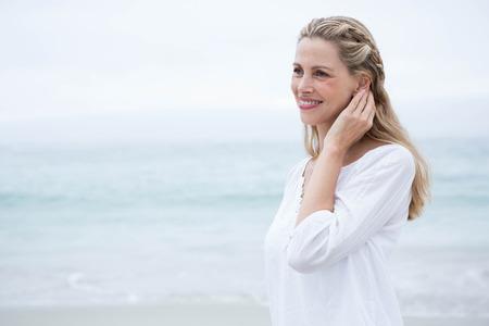 femme blonde: Sourire permanent Blonde par la mer � la plage Banque d'images