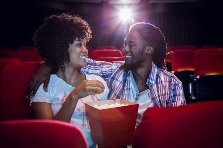red man: Joven pareja feliz mirando el uno al otro en el cine
