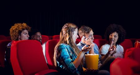 molesto: Molesto hombre en el tel�fono en el cine