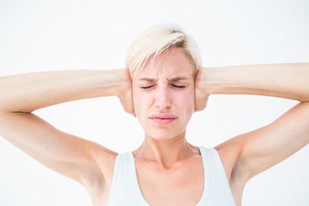 in ear: Malestar mujer tap�ndose los o�dos en el fondo blanco