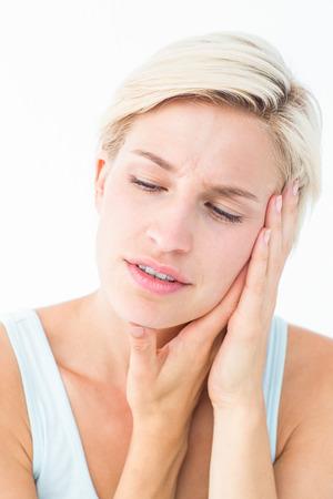 dent douleur: Jolie blonde avec la douleur des dents sur fond blanc