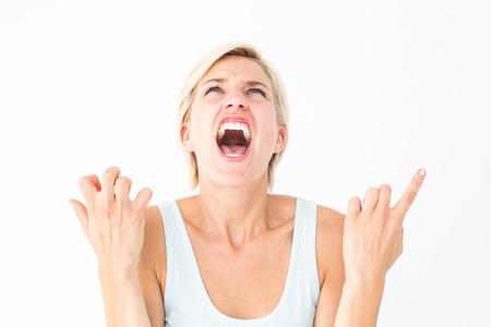 Malestar mujer gritando con las manos en el fondo blanco