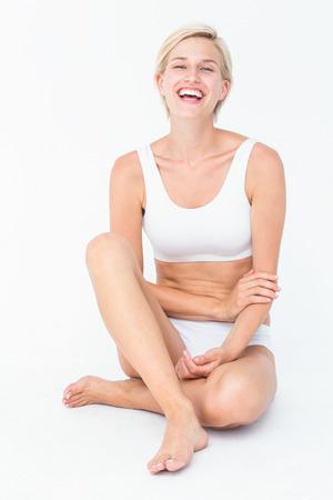 femme en sous vetements: Heureuse femme souriant � la cam�ra sur fond blanc