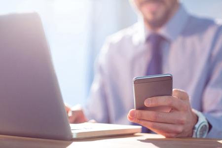 empresario: Hombre de negocios usando la computadora port�til en el escritorio disparo en estudio
