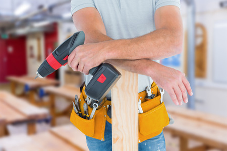 carpintero: Secci�n media de carpintero macho con taladro el�ctrico y tabl�n contra Taller