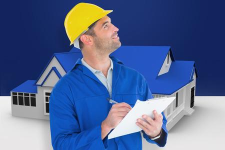 Man supervisor opzoeken tijdens het schrijven op klembord tegen blauwe huis staande met energielabel Stockfoto - 38520833