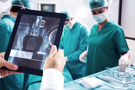 cirujano: Hombre que usa la PC de la tableta contra interfaz médicos en rayos X Foto de archivo