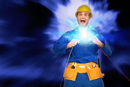 cables electricos: Reparador gritando mientras mantiene los alambres contra el cielo azul con nubes blancas Foto de archivo