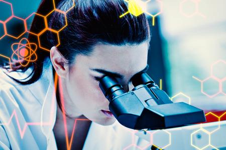 microscopio: Joven científico utilizando un microscopio contra de la ciencia médica y gráfica Foto de archivo