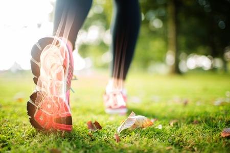 hacer footing: Compuesto de Digitaces de destacadas huesos del pie de la mujer de jogging