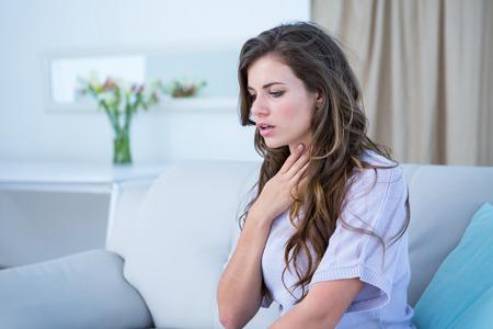 atmung: Hübsche Frau, die Asthma-Krise zu Hause im Wohnzimmer