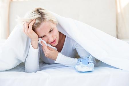 desolaci�n: Mujer rubia triste acostado en la cama en su dormitorio