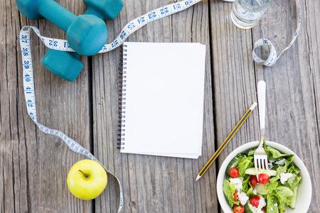 vida sana: Cosas saludable estilo de vida saludable sobre fondo de madera Foto de archivo