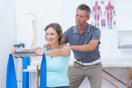 fisioterapia: Doctor que examina a su paciente vuelva a la oficina médica