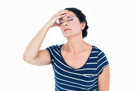desolaci�n: Mujer que tiene la migra�a en el fondo blanco