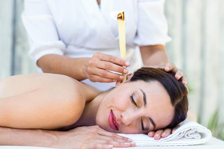 oido: Morena Relajado conseguir un tratamiento velas de o�do en el spa