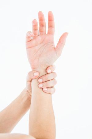douleur main: Femme avec des douleurs � la main sur fond blanc