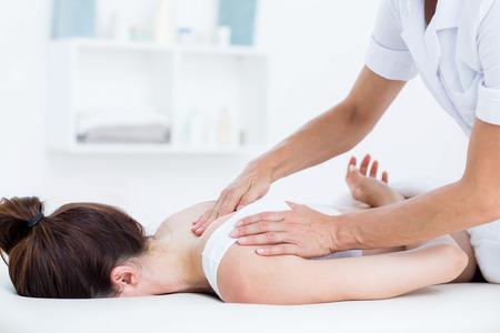 massaggio collo: Physiotherapist doing neck massage in medical office