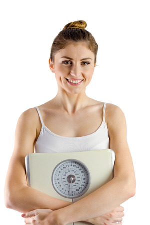 weighing scales: Donna sottile con bilancia per pesare su sfondo bianco