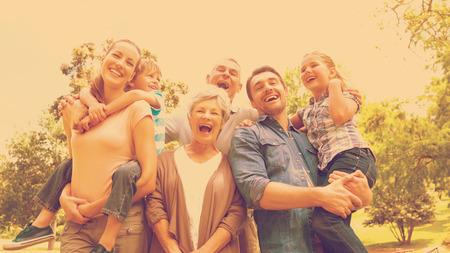 familia pic nic: Retrato de alegre familia de pie en el parque