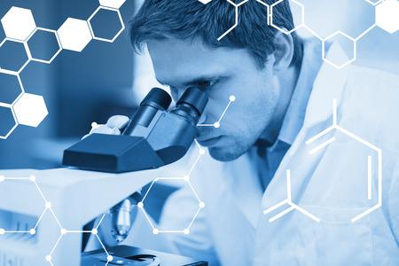 investigando: Ciencia gráfica contra investigador científico utilizando microscopio en el laboratorio Foto de archivo