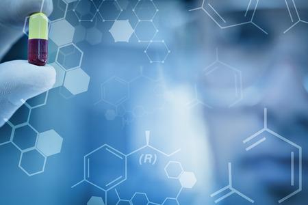 investigador cientifico: Ciencia gr�fica contra extrema de cerca de una p�ldora de an�lisis cient�fico masculino
