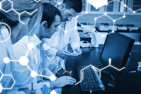 Scienza grafica contro gli studenti di scienze che lavorano insieme in laboratorio