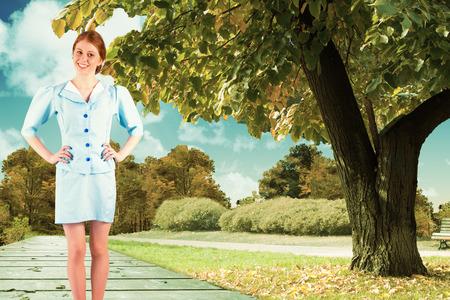 hotesse avion: Jolie h�tesse de l'air souriant � la cam�ra contre la toile de fond pittoresque Banque d'images