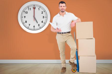 sala parto: Uomo sicuro di consegna con scatole di cartone contro stanza con pavimento in legno