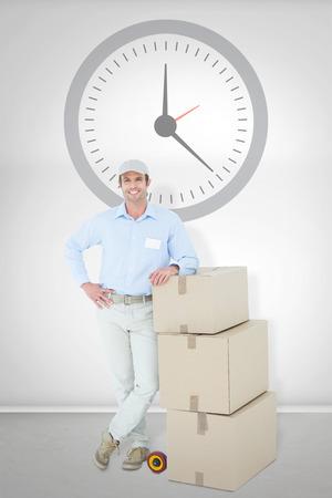 sala parto: Consegna Uomo sicuro appoggiato su scatole di cartone impilati stanza grigia Archivio Fotografico