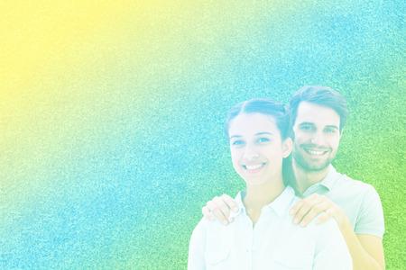 アストロ芝生面に対してカメラに笑顔かわいいカップル 写真素材