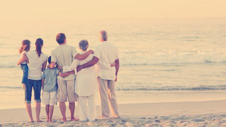 внук: Красивая семья на пляже Фото со стока