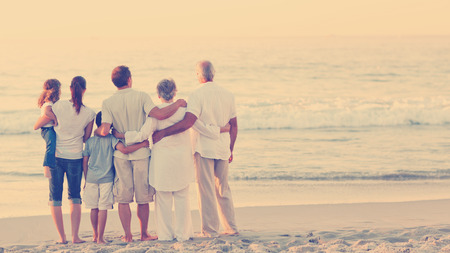 家庭: 美麗的家庭在海灘