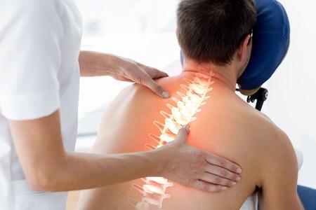 douleur epaule: Composite numérique de la colonne vertébrale en surbrillance de l'homme à la physiothérapie