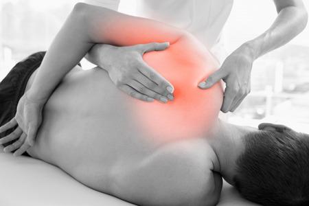 hombros: Compuesto de Digitaces del hombro destacado del hombre en la fisioterapia