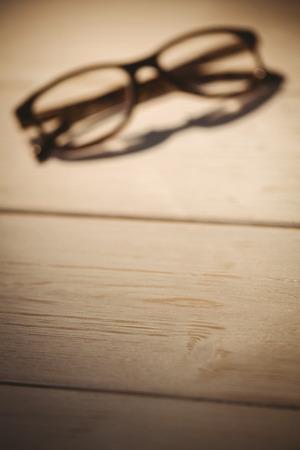 gafas de lectura: Gafas de lectura en un escritorio Foto de archivo