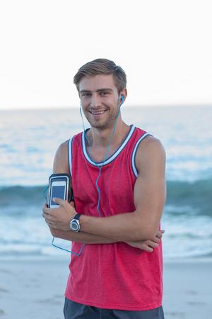 cuerpo hombre: corredor guapo mirando a la c�mara en la playa