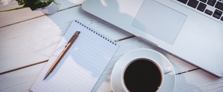 Ujęcie z laptopa i notatnik na biurku Zdjęcie Seryjne