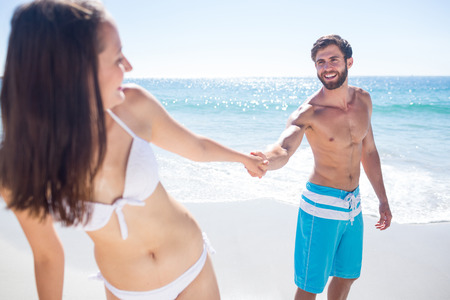 h�ndchen halten: Smiling Paar Hand in Hand am Strand Lizenzfreie Bilder