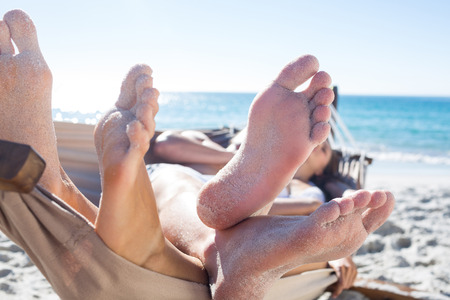 couple in love: Happy couple sieste ensemble dans le hamac sur la plage Banque d'images