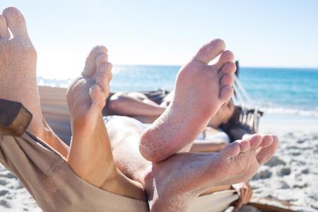 pareja enamorada: Pareja feliz siesta juntos en la hamaca en la playa