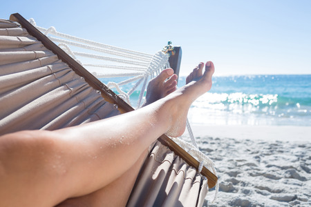 hamaca: Mujer que se relaja en la hamaca en la playa