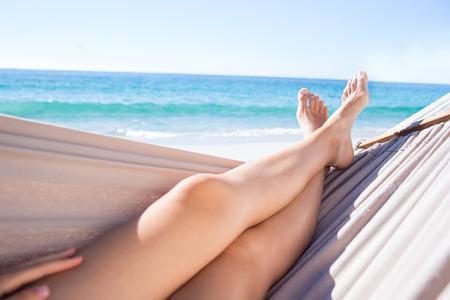vacaciones en la playa: Mujer que se relaja en la hamaca en la playa