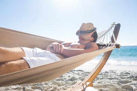 volto uomo: Uomo bello riposo in amaca in spiaggia