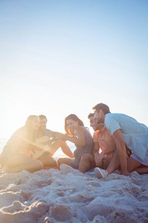 verano: Urbanitas felices que se relajan y tocando la guitarra en la playa